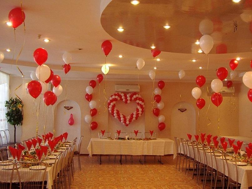 Фото: украшение зала на свадьбу в красно-белых цветах